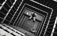 На Прикарпатье из колонии сбежал насильник и грабитель