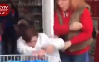 Продавец избил воровку в магазине (видео)