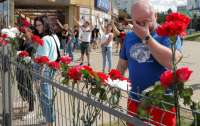 Беларусы несут цветы к месту гибели протестующего