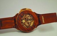 Украинский виртуоз-плотник делает наручные часы из дерева (ФОТО)