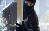 Проник в квартиру и украл драгоценности: вора нашли под диваном