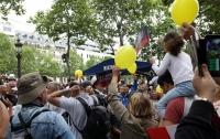 Макрона встретили на празднике с желтыми шариками