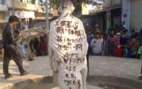 На статуе Махатмы Ганди в Индии найдены предупреждения о терактах