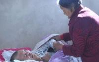 Мать 12 лет просидела у постели лежащего в коме сына и дождалась его пробуждения