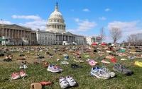 Перед Капитолием выставили семь тысяч пар обуви в память о застреленных детях