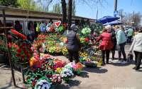 На одесских кладбищах полным ходом нарушают карантин