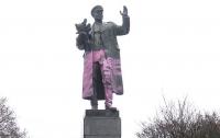 В Праге памятник советскому маршалу раскрасили в розовый цвет