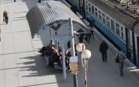 Воздушная волна от поездов сдула двух пассажиров