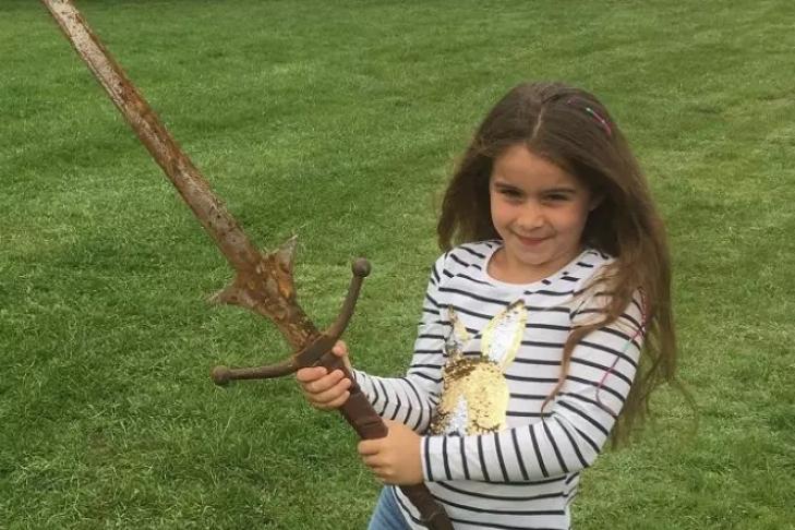 В Великобритании семилетняя школьница отыскала меч короля Артура
