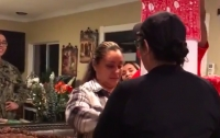 Мать впала в истерику от рождественского сюрприза дочки (видео)