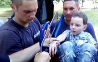 В Харькове спасатели распилили качели, чтобы вытащить ребенка