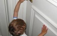 Двухлетние дети закрылись от своей мамы в квартире