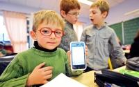 Во Франции детям запретят приносить в школу телефоны