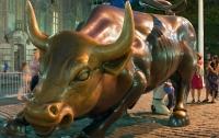 Вандал с банджо атаковал статую быка на Уолл-стрит в Нью-Йорке