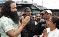 Гуру в Индии приговорили к 20 годам тюрьмы за изнасилования