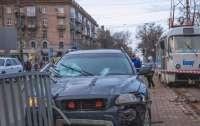 ДТП в Днепре: автоледи снесла забор и наехала на человека (видео)