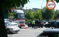 В Киеве пешеход попал под колеса массивной фуры