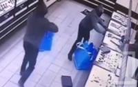 Прыткие ребята ограбили ювелирный магазин (видео)