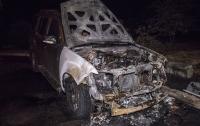 В Киеве неизвестные подожгли внедорожник и скрылись (видео)