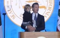 Сын губернатора помог отцу и умилил публику (видео)