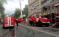 В центре Киева более трех часов тушили хостел (видео)