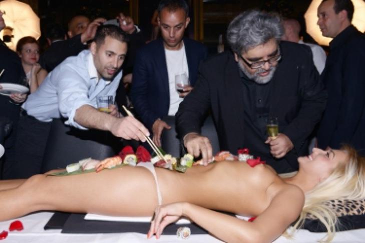 posmotret-pro-erot-foto-edyat-s-devushek-v-restorane-eroticheskie-filmi-onlayn
