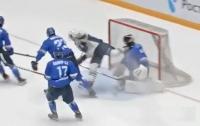 Хоккеисту порезали горло коньком во время матча