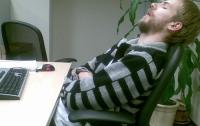 Ученые рассказали, почему в офисе тянет на сон