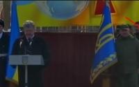 Солдат почетного караула потерял сознание во время выступления Порошенко (видео)