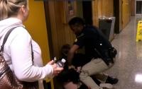 Учительницу задержала полиция за жалобу на зарплату (видео)