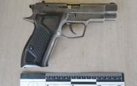 Мужчину с пистолетом задержали в Оболонском районе Киева