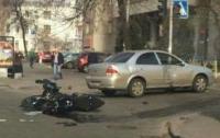 В центре Киева мотоцикл столкнулся с иномаркой