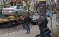 Эвакуация авто в Киеве проходила в романтической атмосфере (видео)