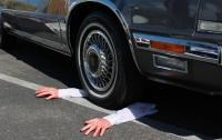 Невменяемый мужчина бросался под колеса авто в Киеве (видео)