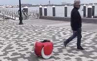 Появился стимулирующий к пешим прогулкам багажный робот