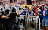 На похоронах Марадоны подрались фанаты и полиция (видео)