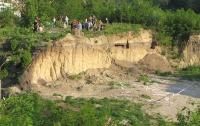 Прямо сейчас застройщики лопатами разрушают легендарную гору Щекавицу