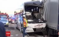 Автобус с туристами влетел в грузовик в Германии: около 40 пострадавших (видео)