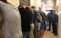 Одесская полиция задержала 25 вооруженных мужчин в хостеле (видео)