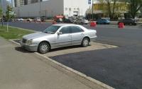 Коммунальщики положили асфальт в обход припаркованного Mercedes