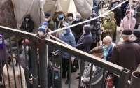 Десятки людей столпились возле входа в центральный рынок (видео)