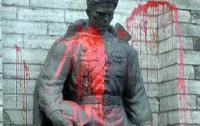 Задержаны вандалы, надругавшиеся над памятником советским солдатам в Латвии