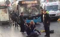 Водитель автобуса въехал в остановку, а потом бросался с ножом на людей