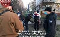 В Киеве жители микрорайона и полиция скрутили молодого стрелка