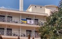 Украинцев выселили из греческого отеля из-за флагов