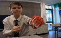 Британський вчитель роздрукував для учня протез потративши всього 30 фунтів (ВІДЕО)