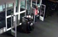 Запертая в магазине воровка сама вызвала полицию