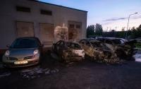 Во дворе дома в Киеве сгорели четыре машины