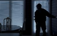 Странный вор: в Харькове неизвестный бродил в офисном помещении