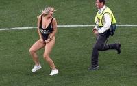 Смелая блондинка развеселила футболистов и зрителей (фото)